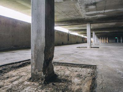 Trasig betongpelare