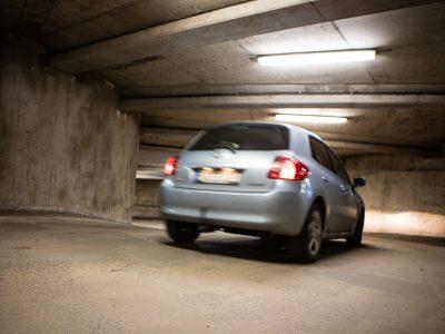 Passerande bil i P-garage